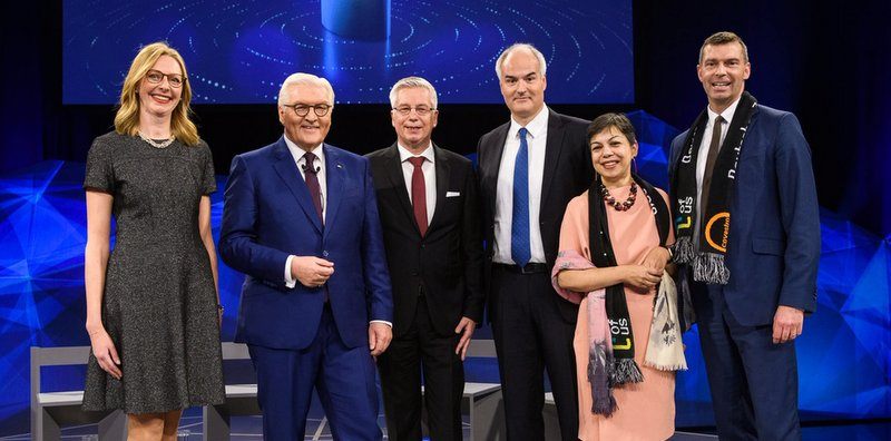 CO2-Innovation im Scheinwerferlicht: Dr. Berit Stange, Prof. Walter Leitner und Dr. Christoph Gürtler im Finale des Deutschen Zukunftspreises mit dem Bundespräsidenten Frank-Walter Steinmeier (2. v.l.), Sucheta Govil, Chief Commercial Officer Covestro (2.v.r.) und Dr. Markus Steilemann, CEO Covestro